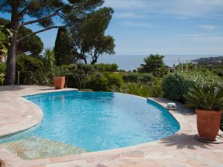 Villa and pool, heated swimming pool,air conditioning system, splendid sea view,