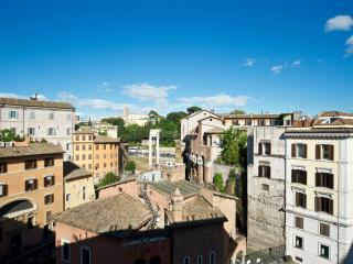 Elegant apartment Ghetto Area- 3 bedrooms 7 sleeps, Rome