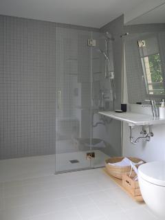 Cuarto de baño adaptado a personas con minusvalía.