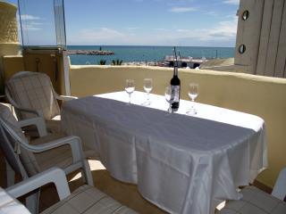 Beachfront Marina 2 bed apt,with stunning sea view