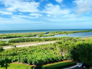 Alluring beachfront condo w/ heated pool & dazzling view of lagoons