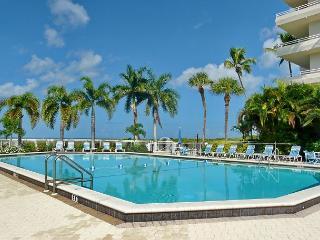 Romantic beachfront efficiency w/ heated pool & short walk to restaurant