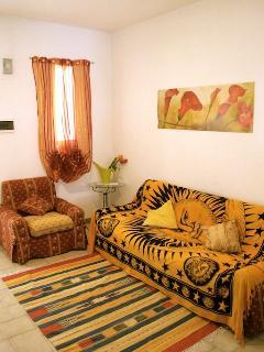 Soggiorno con divano, poltrona e TV LED