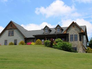LUXURIOUS MTN HOME W/OUTDOOR FIREPLACE, POOL TABLE, WIFI & HOT TUB!