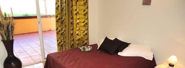 Chambre climatisée du T2 de 72 m2 (dont terrasse privative et abritée de 30 m2) pour 5 personnes