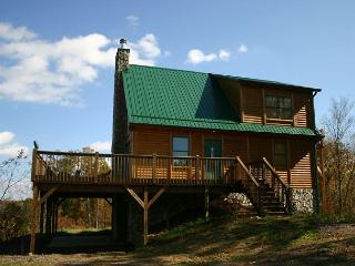 OVER THE RIVER- 3 LEVEL CABIN W/MOUNTAIN & RIVER VIEWS, WiFi & JACUZZI TUB!