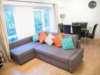 Spacious 2 Bed Whitechapel Stepney Apartment E1, London
