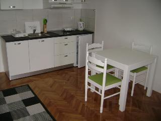 Apartment (2+2) near the beach, Kastel Stafilic