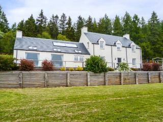 MID DALNACLACH, woodburning stove and open fire, lawned garden and children's play area, Tain, Ref 931868
