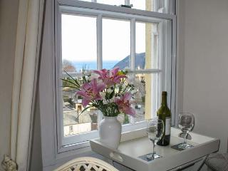 DRIFTWOOD, first floor, romantic base with WiFi, sea views, delightful