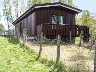 KULBERY, detached log cabin, decked balcony, pet-friendly, in Insh, near Kincraig, Ref 936226