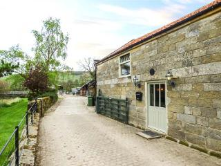BLACK CAT COTTAGE, woodburner, on working farm, superb accommodation, Helmsley, Ref 938384