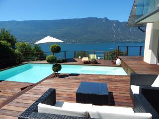 Villa vue lac magnifique avec piscine!, Tresserve