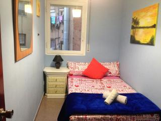 Cozy Private Room near beach, cheap and best deal!, Badalona