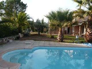 Maisonnette confortable avec piscine et grand jard