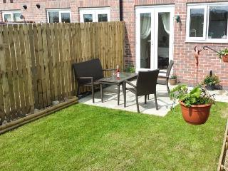 LINE HOUSE modern, enclosed garden, close to coast, WiFi, pet and
