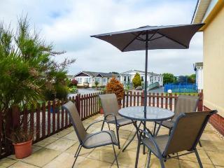 LAZY DAYS, detached, all ground floor, private garden, WiFi, near St Merryn, Ref 932155