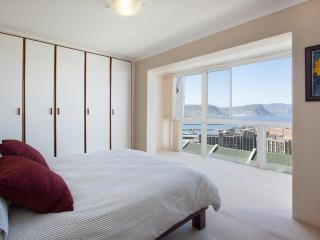 Modern Town House with Spectacular Sea Views, Simon's Town