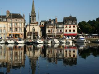 'La Pomme' Spacious ground floor flat & courtyard, Honfleur