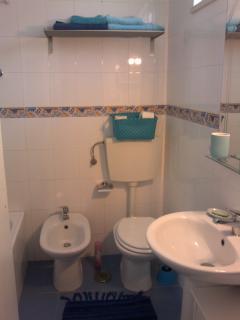 Salle de bain avec lavabo,bidet, baignoire et wc