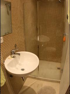Design bathroom with strong hot water