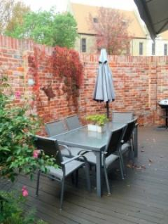 Outdoor setting. Location ideal - just opposite the Fremantle Arts Centre. Leisure Centre over road.