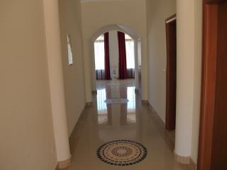Vila Dubai, Okrug Gornji