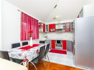 Cool apartment - huge terrace near airport & beach, Kastel Novi