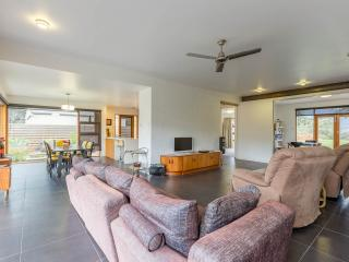 Huon Valley House, luxury river views + free Wi-Fi, Hobart