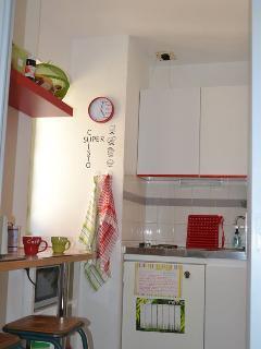 un petite cuisine séparée et bien équipée