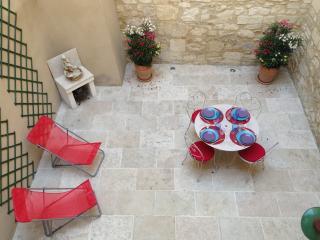 Très jolie maison centre avec cour et terrasse 4p, Tarascón