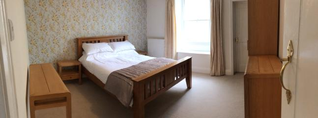 spacious main bedroom. Double bed, oak furniture (wardrobe, drawers, dressing table, bedside tables)