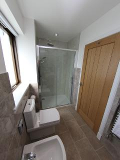 Another photo of the en suite.