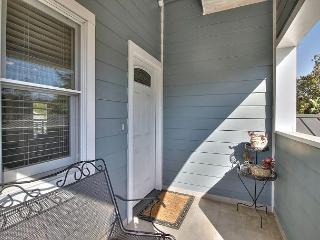 2BR/2BA Santa Barbara Apartment, Modern Design, State St Only 1 Mile!