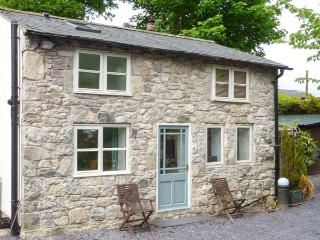 THE COTTAGE, detached, one bedroom, woodburner, WiFi, Pantymwyn Ref 15273