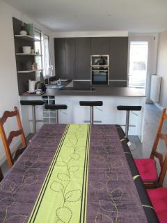 La salle à manger, avec une grande table pour 12 personnes (deux rallonges)