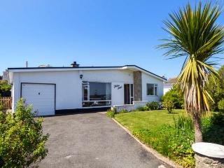 TINKER'S PATCH, pets welcome, beach, woodburner, wet room, bungalow in Benllech,