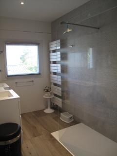L'une des deux salles de bains, neuves.