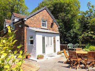KINGFISHER, pet-friendly riverside cottage, WiFi, woodland walk, Blaenwaun Ref 930698