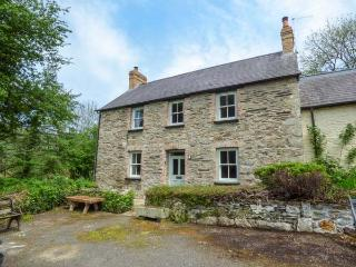 COED CADW COTTAGE, quaint cottage, woodburner, parking, garden, in Fishguard, Ref 936561