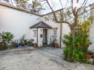 SWALLOWS FLIGHT, multi-fuel stove, private garden, pet-friendly, WiFi, in Goonhavern, Ref 937839