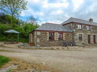 GALOWRAS COTTAGE, woodburner, pet-friendly, lawned garden, Mevagissey, Ref 93777