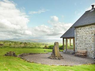 YSGUBOR Y BARCUD barn conversion, en-suites, open fire, enclosed garden, WiFi, Llandeilo Ref 938962