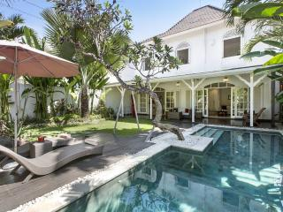 The Colonial Villa Bali, not just a homestay... Beautiful villa near the beach!, Sanur