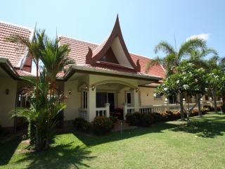 Beautiful Thai-Bali Villa in Luxury Resort, Sattahip