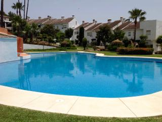 Precioso adosado con jardín privado y vistas, Estepona
