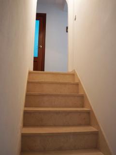 Wide staircase. Amplia escalera.