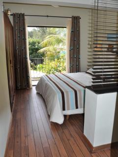 Chambre no 2. Climatisée, 2 lits simples, salle de  bain attenant et balcon.