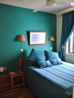 Petite chambre climatisée, un lit double standard. Pour 2 enfants ou 1 adulte.
