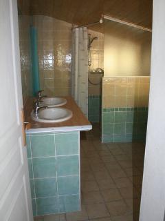 salle de bain (vue depuis la porte) 2 vasques, une grande douche italienne